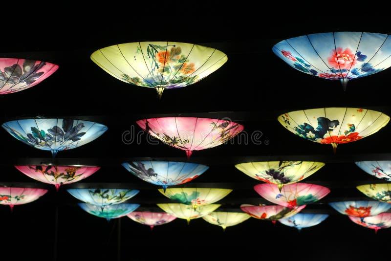 Tradycyjni chińskie lampion w formie pandy na bambooTraditional orientalnych parasolach wiesza jako lampiony fotografia stock