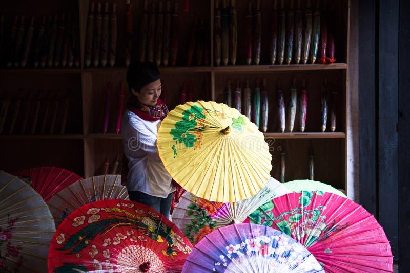 Tradycyjni chińskie colour oliwiący papierowy parasol obraz royalty free