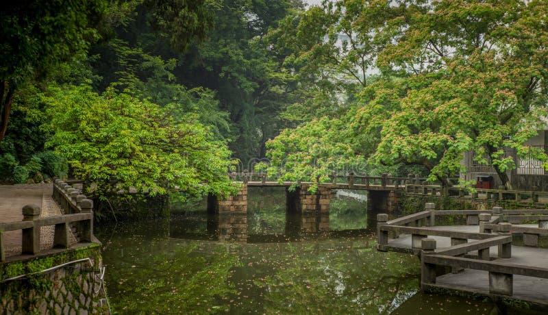 Tradycyjni Chińskie most na małym wodnym kanale w parku w Wenzhou w Chiny fotografia stock