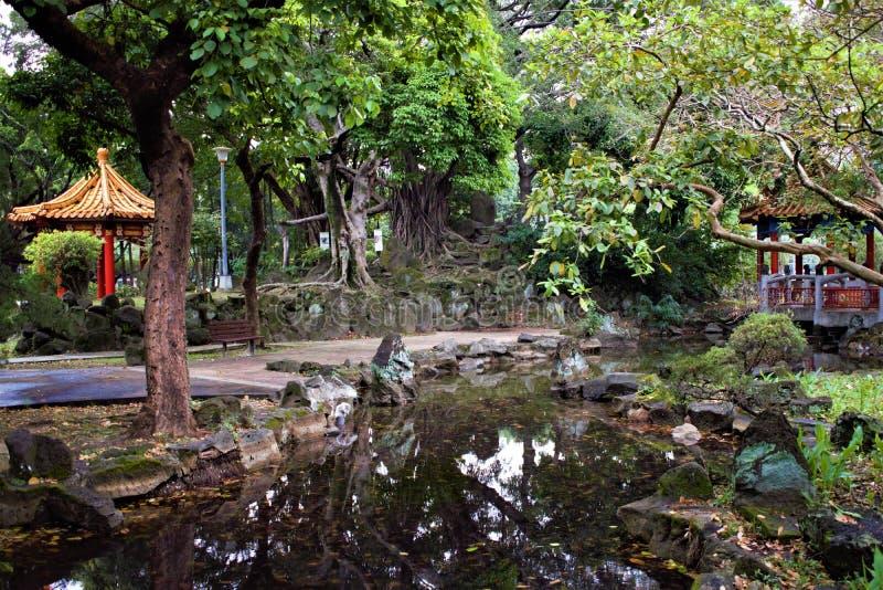 Tradycyjni chińskie ogród z dwa pawilonami w Taipei, Tajwan fotografia stock