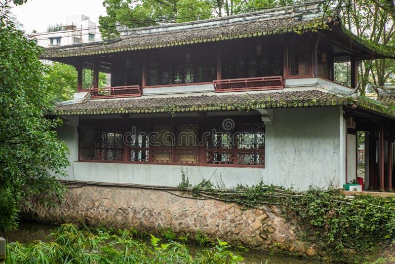 Tradycyjni Chińskie stylu starzy domy wzdłuż zatoczki w parku w Wenzhou w Chiny - 2 zdjęcie royalty free