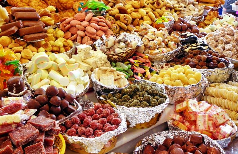 Tradycyjni cukierki przy rynkiem otwartym podczas katolickiego corpus christi ?wi?towania, Ekwador zdjęcie royalty free
