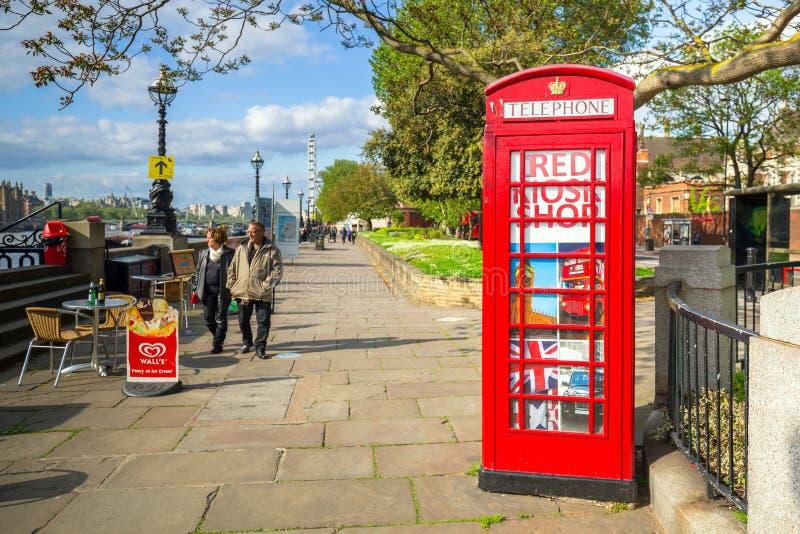 Tradycyjni czerwoni telefonów boths na ulicie Londyn zdjęcie royalty free