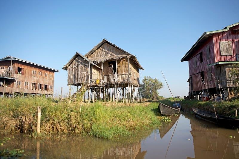 Tradycyjni domy na Inle jeziorze zdjęcie royalty free