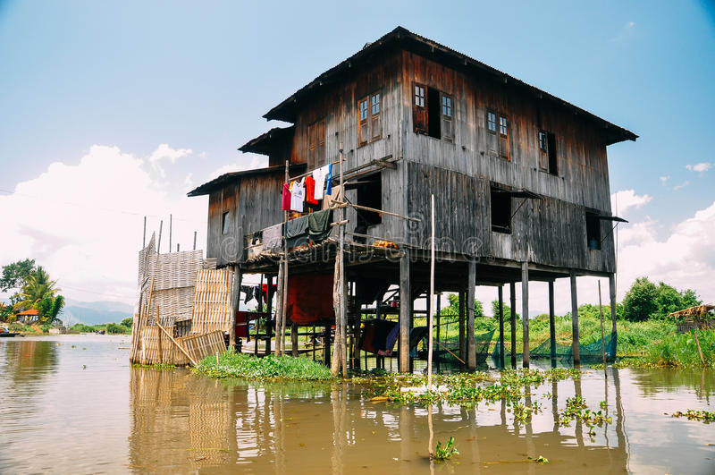 Tradycyjni drewniani stilt domy na Inle jeziorze obraz royalty free