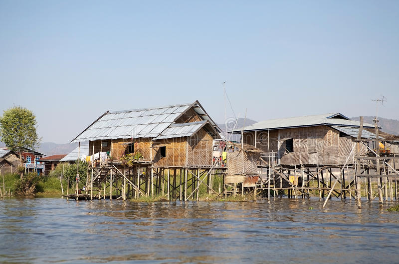 Tradycyjni drewniani stilt domy na Jeziornym Inle Myanmar obraz royalty free