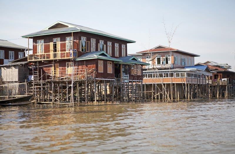 Tradycyjni drewniani stilt domy na Jeziornym Inle Myanmar zdjęcie stock