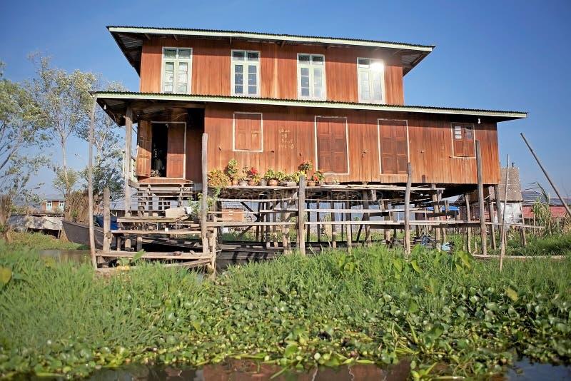 Tradycyjni drewniani stilt domy na Jeziornym Inle Myanmar obraz stock
