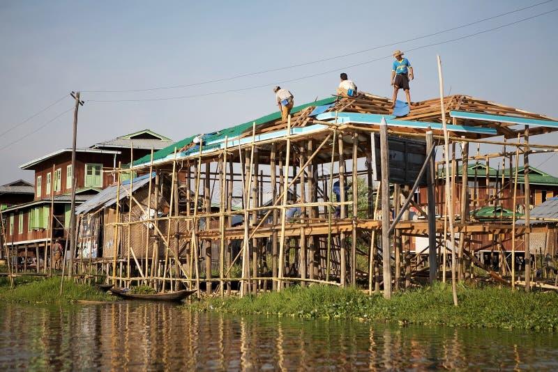 Tradycyjni drewniani stilt domy na Jeziornym Inle Myanmar obrazy royalty free