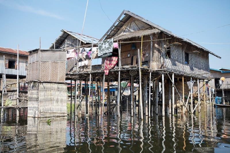 Tradycyjni drewniani stilt domy na Jeziornym Inle Myanmar fotografia stock
