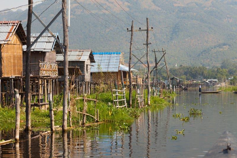Tradycyjni drewniani stilt domy przy Inle jeziorem zdjęcia royalty free