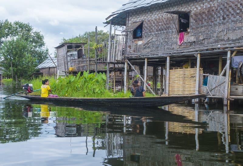 Tradycyjni drewniani stilt domy w Inle jeziorze Myanmar zdjęcia royalty free