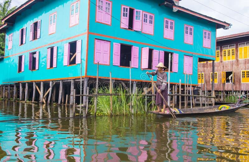 Tradycyjni drewniani stilt domy w Inle jeziorze Myanmar obraz royalty free
