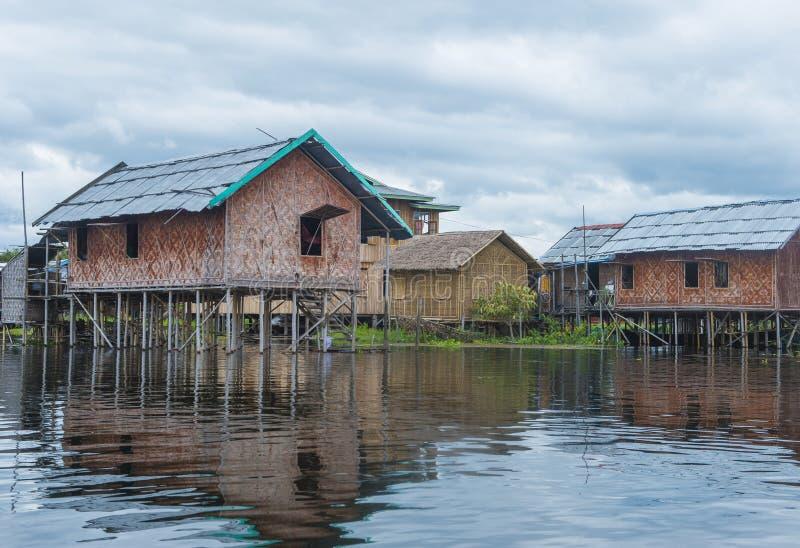 Tradycyjni drewniani stilt domy w Inle jeziorze Myanmar obrazy royalty free