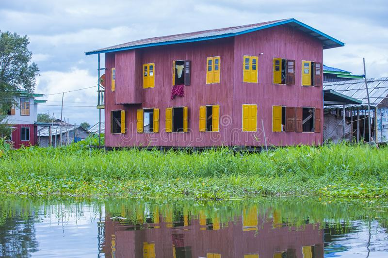 Tradycyjni drewniani stilt domy w Inle jeziorze Myanmar fotografia stock