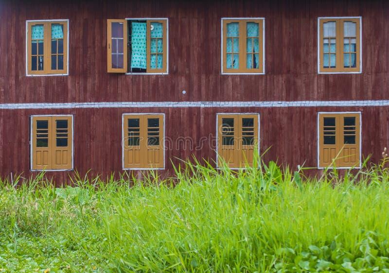 Tradycyjni drewniani stilt domy w Inle jeziorze Myanmar zdjęcie stock