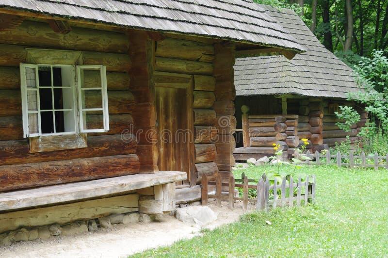 Tradycyjni drewniani Ukraińscy wioska domy obrazy stock