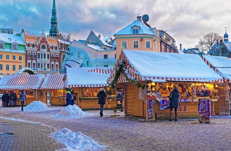 Tradycyjni Europejscy boże narodzenia wprowadzać na rynek blisko Ryskiej katedry zdjęcie royalty free