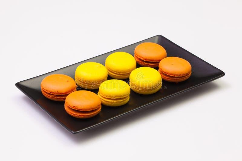 Tradycyjni francuscy kolorowi macarons na talerzu obrazy stock
