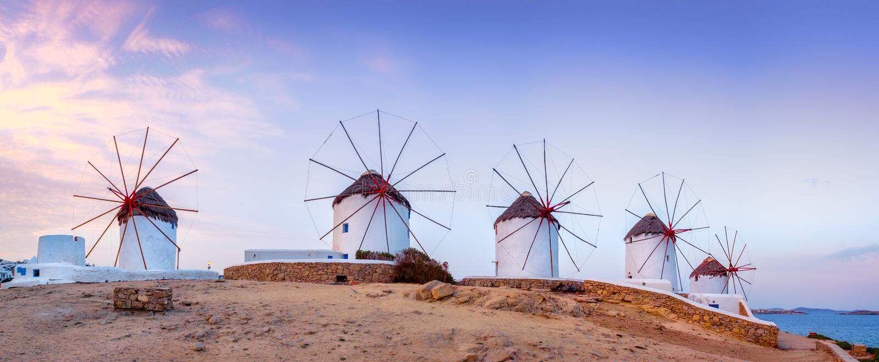 Tradycyjni greccy wiatraczki na Mykonos wyspie, Cyclades, Grecja fotografia stock