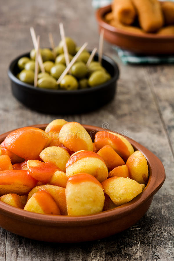 Tradycyjni hiszpańscy tapas Croquettes, oliwki i patatas bravas, obraz stock