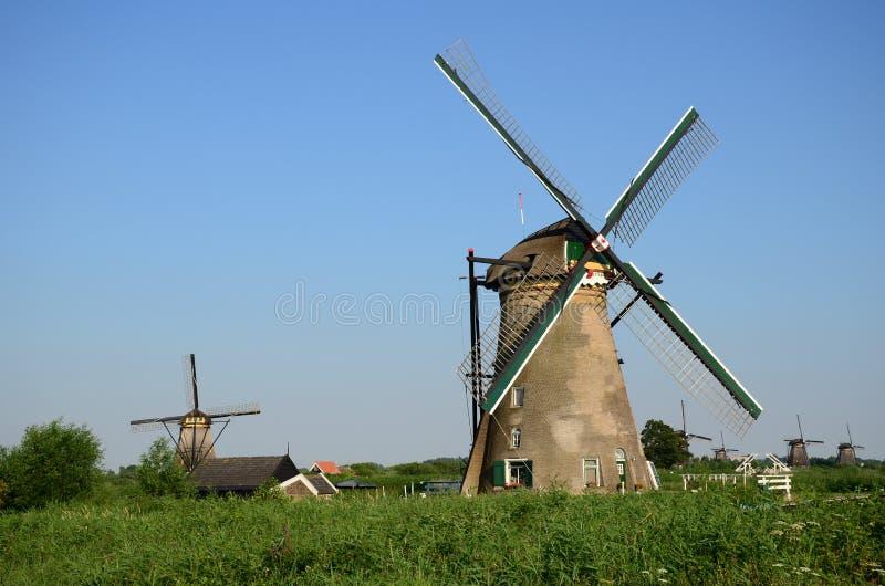 Tradycyjni holenderscy wiatraczki w sławnym miejscu Kinderdijk, UNESCO światowego dziedzictwa miejsce Holandie obraz royalty free