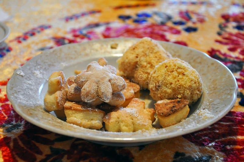 Tradycyjni homebaked ciastka w sproszkowanym cukierze zdjęcia royalty free