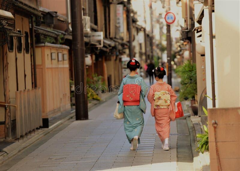 Tradycyjni japońscy kostiumy kimono będący ubranym dwa damami obraz royalty free