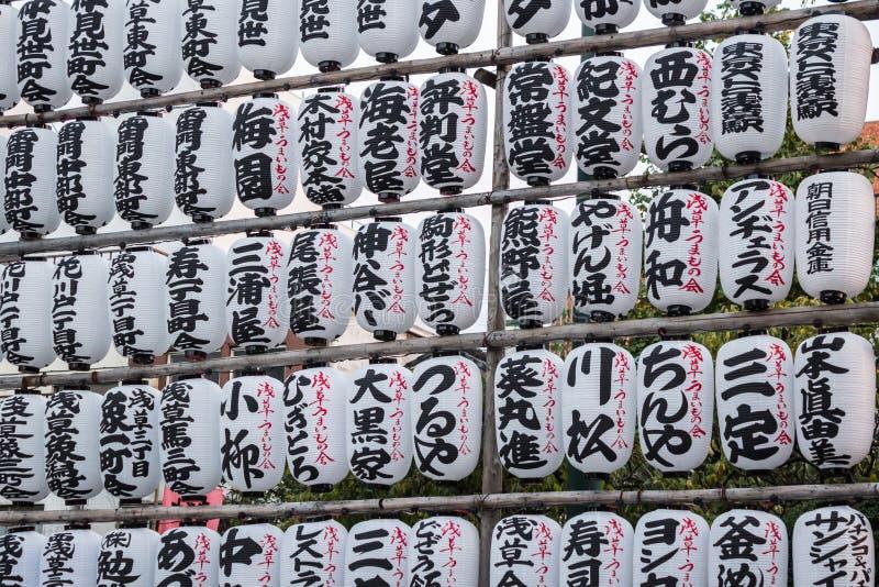 Tradycyjni lampiony wieszają w Asakusa senso-ji świątyni ce obrazy stock