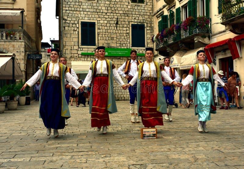Download Tradycyjni Ludowi Tancerze W Kotor Fotografia Editorial - Obraz złożonej z sklepy, balkony: 106924242