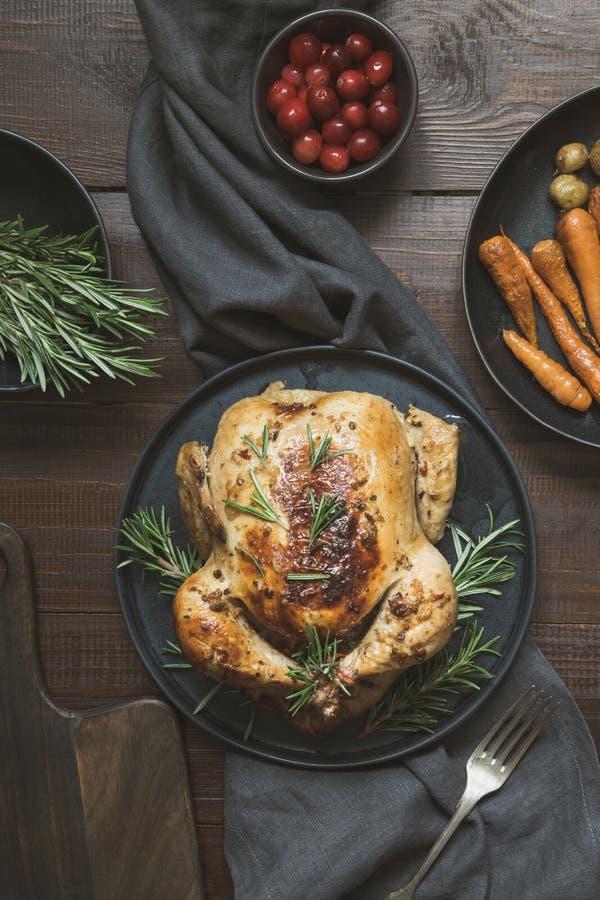 Tradycyjni piec kurczaków rozmaryny na drewnianym stole Odgórny widok obrazy royalty free