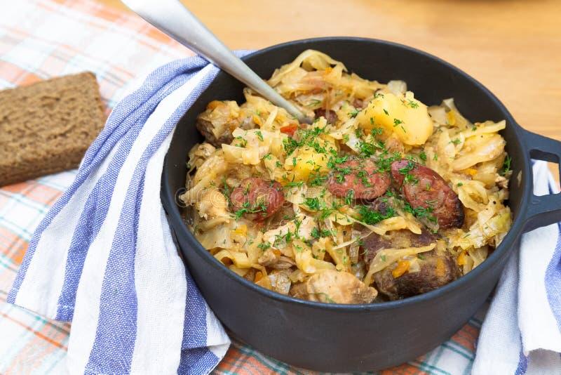 Tradycyjni połysku sauerkraut bigosy z pieczarkami fotografia stock