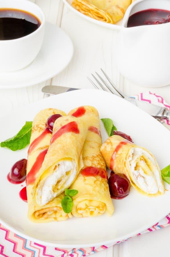 Tradycyjni Rosyjscy bliny z słodkim chałupa serem, rodzynkami i czereśniowym kumberlandem dla śniadania, obraz stock