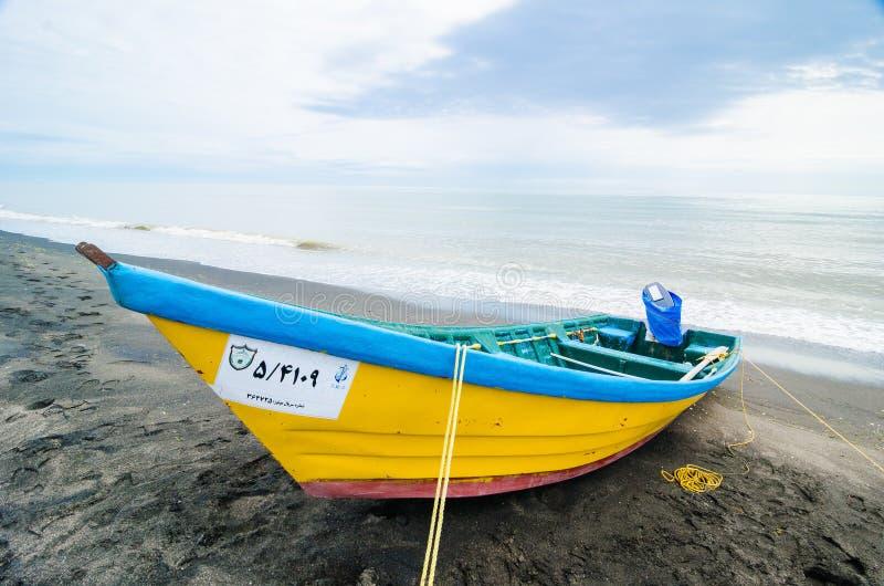 Tradycyjni rybacy łódkowaci na wybrzeżu w irańskim mieście Astara na Azerbejdżan granicie, fotografia stock