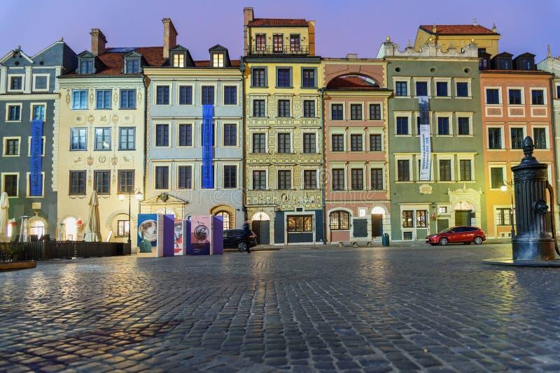 Tradycyjni starzy domy na Starym Grodzkim Market Place przy nocą warsaw Polska zdjęcia royalty free