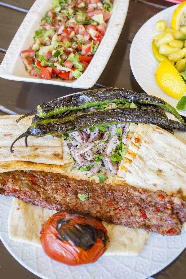 Tradycyjni Tureccy foods; Adana kebab, piec na grillu mięso fotografia royalty free