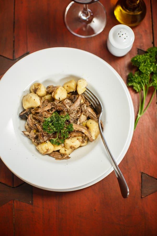 Tradycyjni włoszczyzn naczynia - gnocchi z kaczką zdjęcie royalty free
