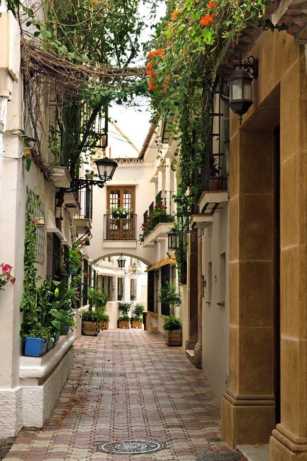 Tradycyjni wioska domy i wąska ulica w starym miasteczku Marbella, Hiszpania zdjęcie royalty free