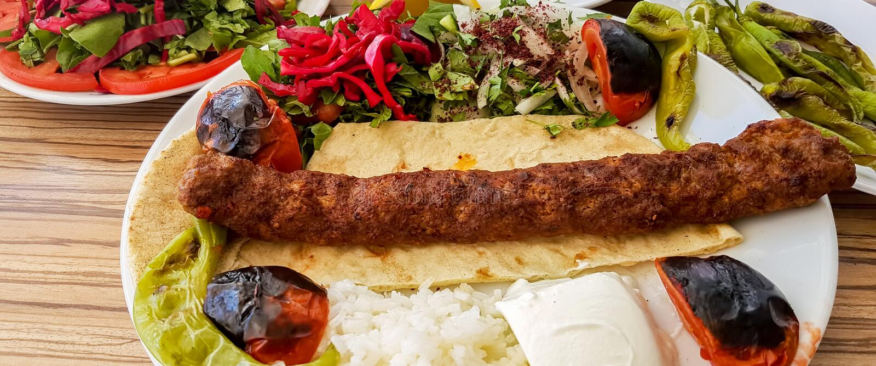 Tradycyjni Wyśmienicie Tureccy foods; Adana kebab, sis kebab obraz royalty free