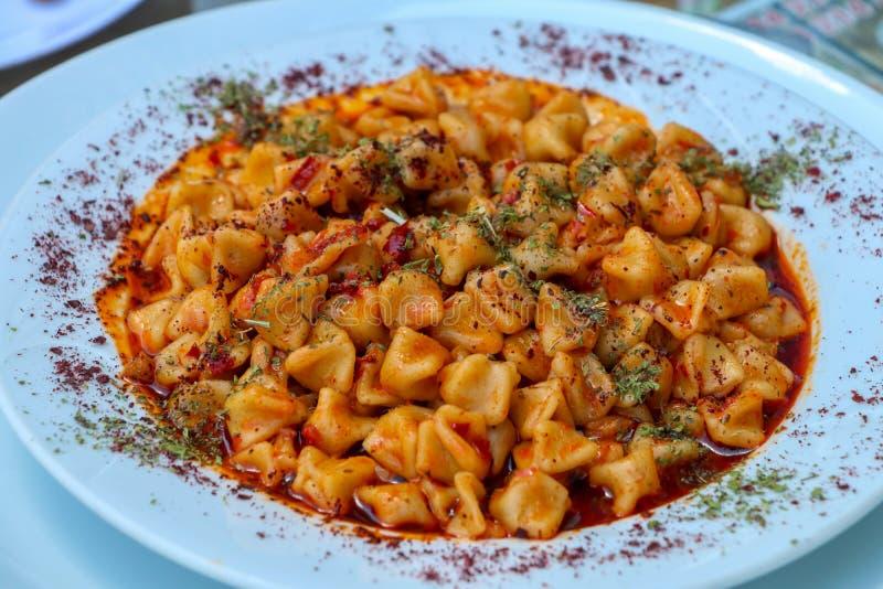 Tradycyjni wyśmienicie Tureccy foods; Kayseri Manti karmowa poj?cie fotografia obrazy royalty free