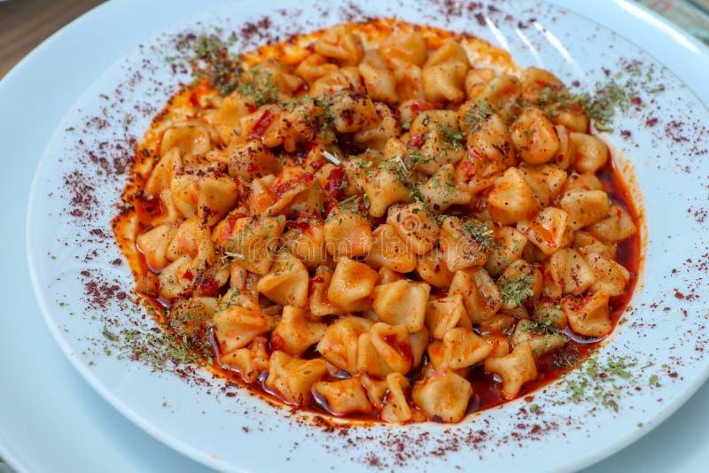 Tradycyjni wyśmienicie Tureccy foods; Kayseri Manti karmowa poj?cie fotografia obraz royalty free
