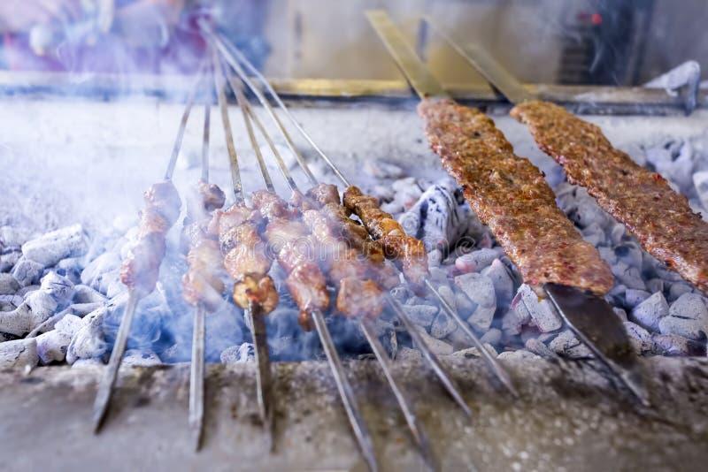 Tradycyjni Wy?mienicie Tureccy foods; Adana Kebab, Piec na grillu mi?so zdjęcia stock