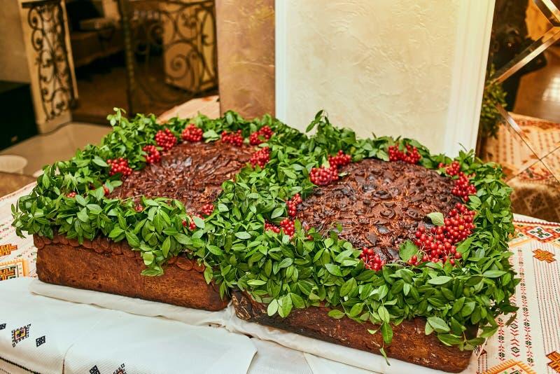 Tradycyjny ślubny Ukraiński chlebowy Korovai z kwiatami fotografia royalty free