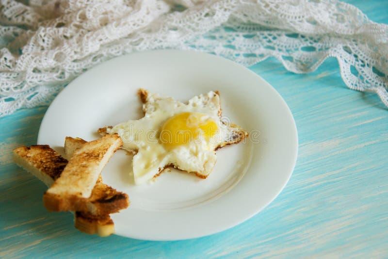 Tradycyjny śniadanie rozdrapani jajka i warzywa obraz stock