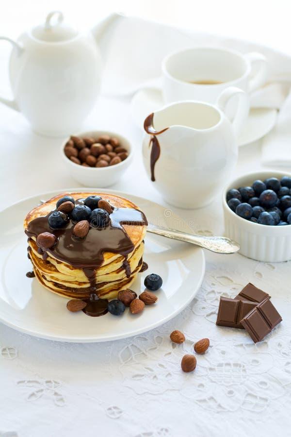 Tradycyjny śniadaniowy pojęcie Sterta bliny z czekoladowym kumberlandem, czarnymi jagodami i dokrętkami, zdjęcie stock