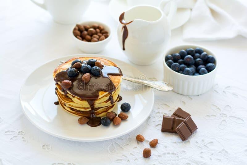 Tradycyjny śniadaniowy pojęcie Sterta bliny z czekoladowym kumberlandem, czarnymi jagodami i dokrętkami, obraz royalty free