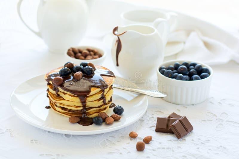 Tradycyjny śniadaniowy pojęcie Sterta bliny z czekoladowym kumberlandem, czarnymi jagodami i dokrętkami, obrazy royalty free