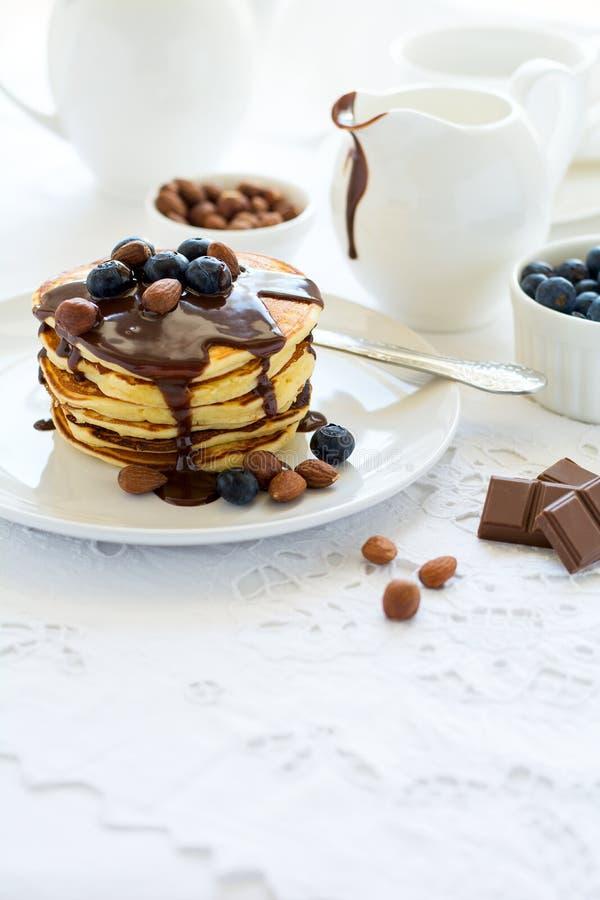 Tradycyjny śniadaniowy pojęcie Sterta bliny z czekoladowym kumberlandem, czarnymi jagodami i dokrętkami, fotografia royalty free