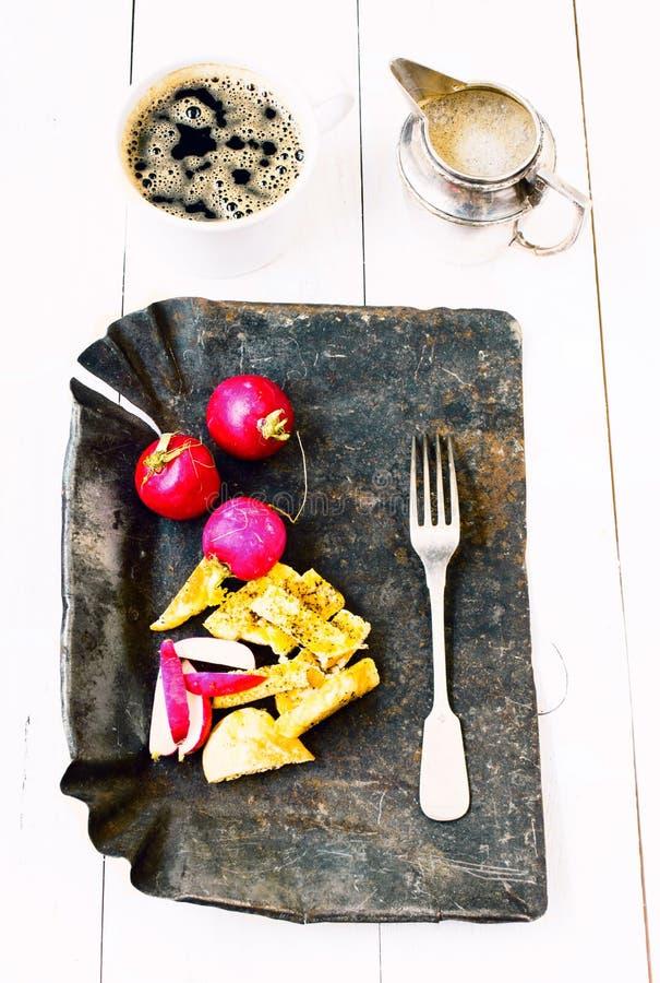 Tradycyjny średniorolny śniadanie z jajkami, kawą i vegetab smażącymi, obrazy stock