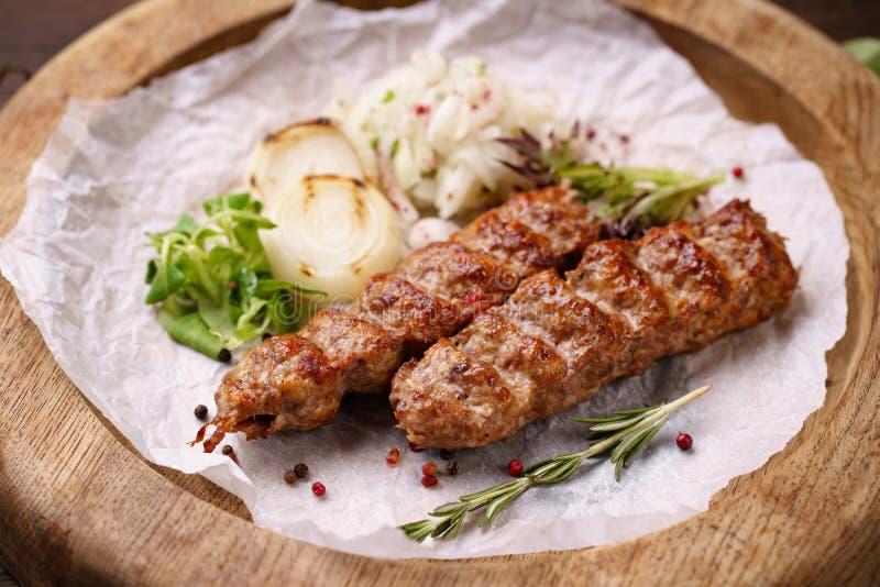 Tradycyjny Adana kebab na drewnianym talerzu fotografia royalty free